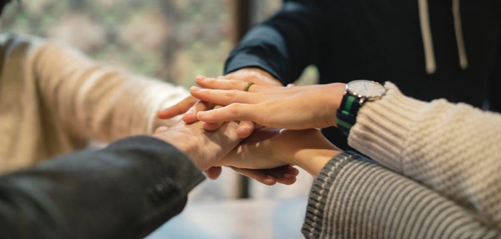 Handen op elkaar | Teamontwikkeling | Van den Broek & Partners